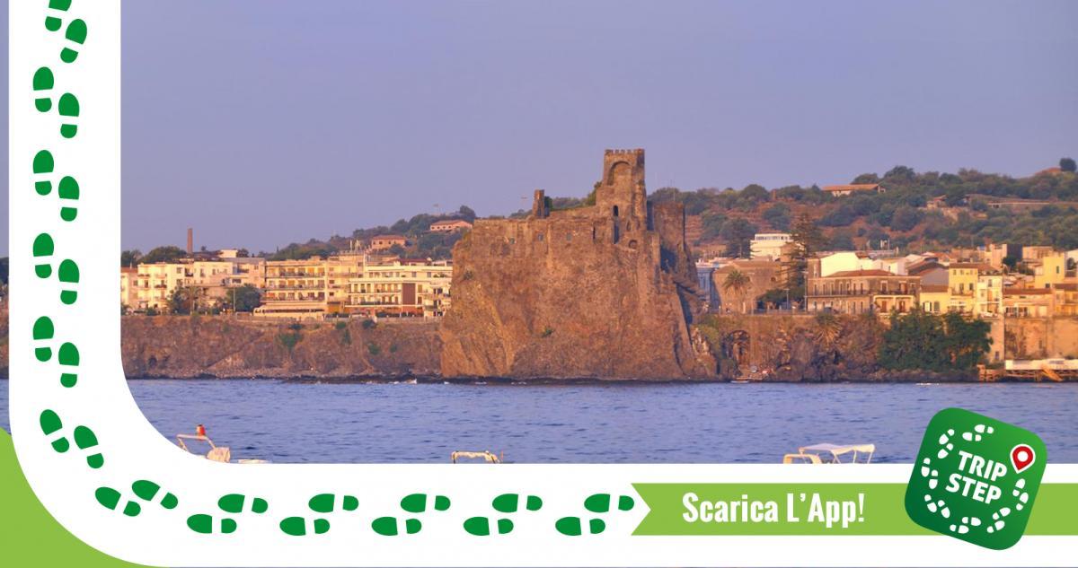 Aci Castello veduta dal mare foto di: gnuckx via Wikimedia Commons