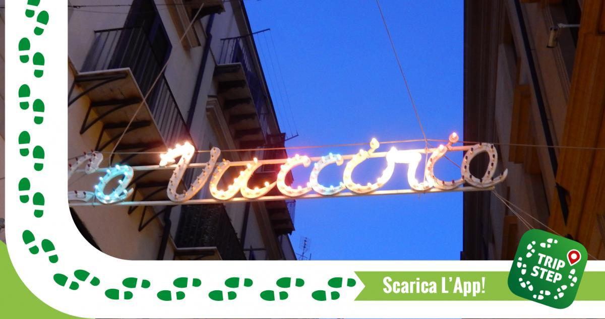 Insegna illuminata ingresso della Vucciria da piazza San Domenico foto di: Pmk58 via Wikimedia Commons