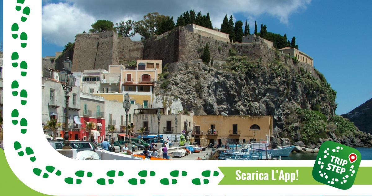 Piazza della Marina Corta e Castello di Lipari foto di Clemensfranz via Wikimedia Commons