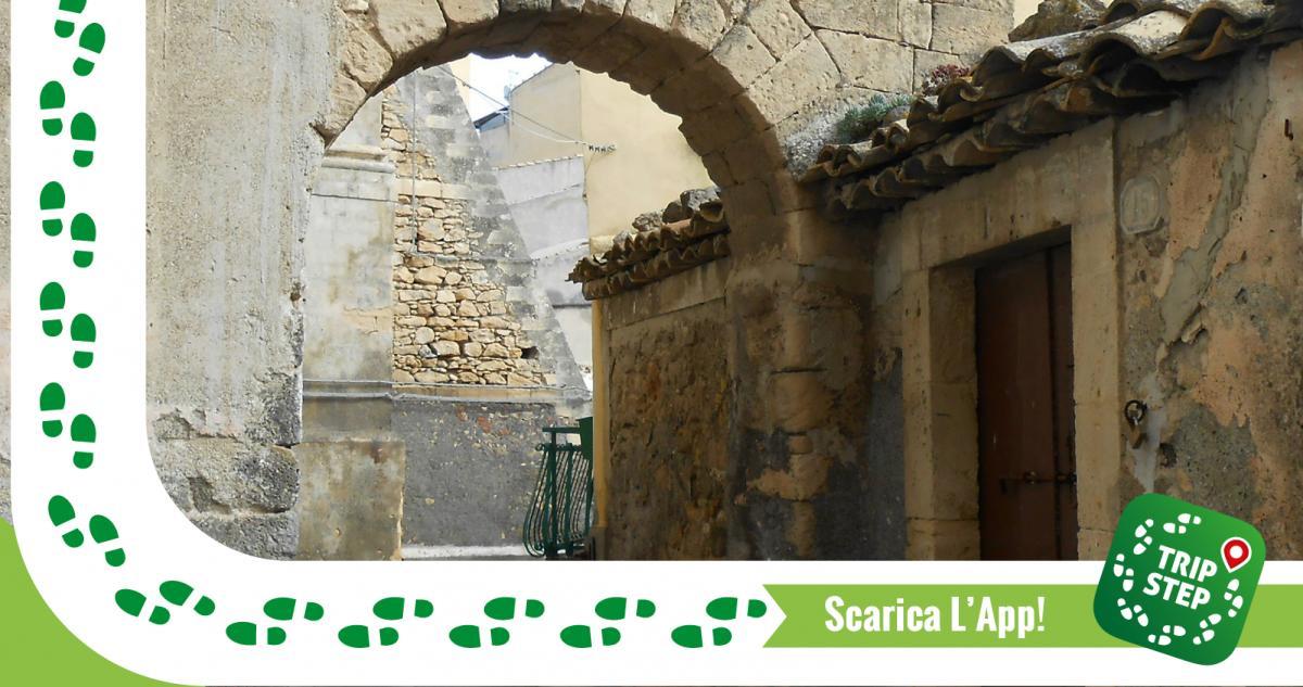 Porta del Bastione lungo il tracciato delle antiche mura di Militello fatte costruire da Abbo Barresi nel 1337 foto di Gimalgi73 via Wikimedia Commons