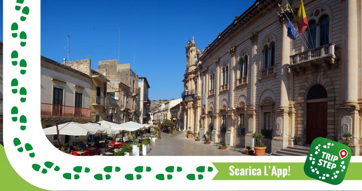 Scicli via Francesco Mormino Penna con vista del Municipio e della chiesa di San Giovanni Evangelista foto di: Nad6854 via Wikimedia Commons