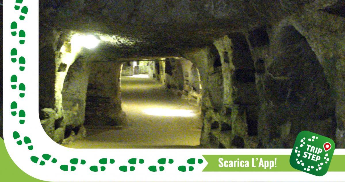 Strada principale delle catacombe di San Giovanni foto di Sibeaster via Wikimedia Commons