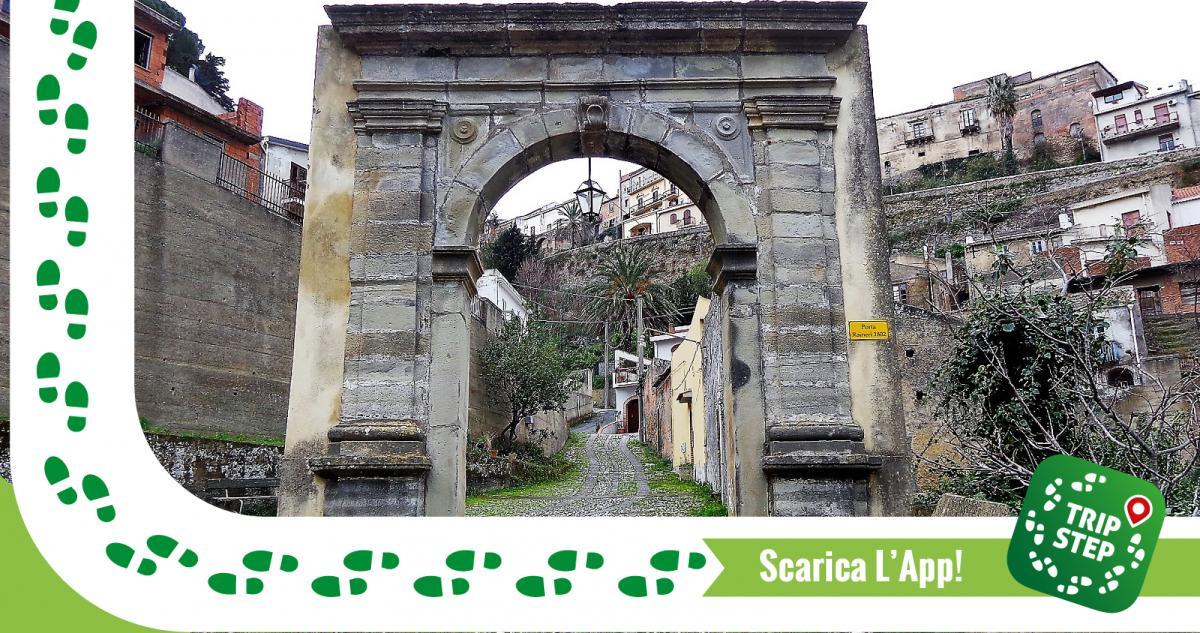Castroreale porta Ranieri foto di: Effems via Wikimedia Commons