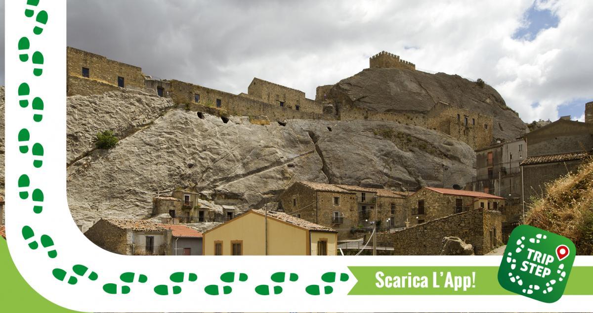 Sperlinga panorama con castello foto di: trolvag via Wikimedia Commons