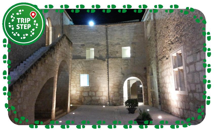 Alcamo Castello dei conti di Modica cortile notturno foto di Daniele Pugliesi Via Wikimedia Commons