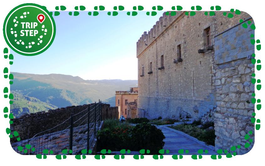 Castello di Montalbano Elicona lato est foto di Effems via Wikimedia Commons