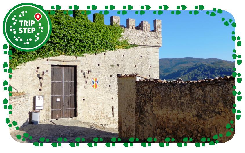 Castello di Montalbano Elicona lato ovest Ingresso Visitatori foto di Effems via Wikimedia Commons