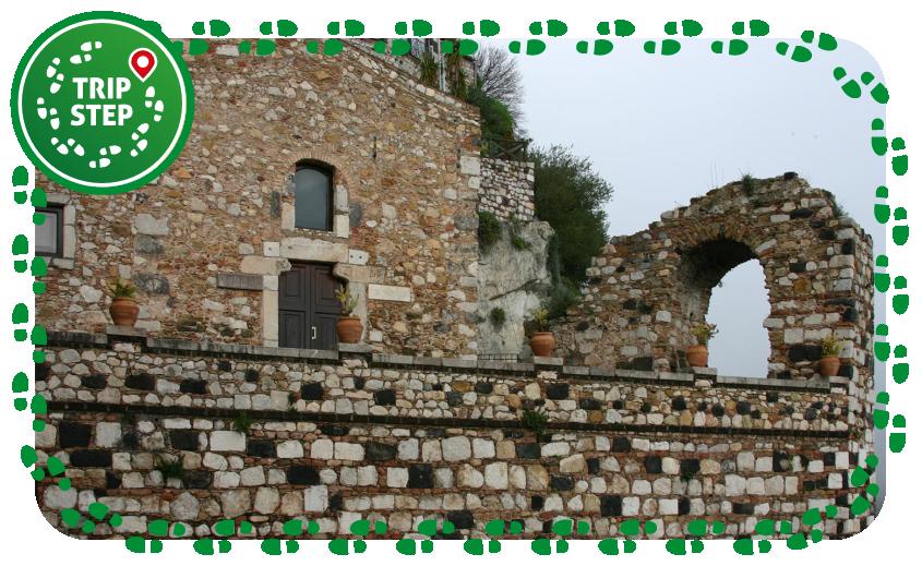 Castelmola Piazza Sant' Antonio ex chiesa di Sant'Antonio e antica porta cittadina foto di: José Luiz Bernardes Ribeiro via Wikimedia Commons