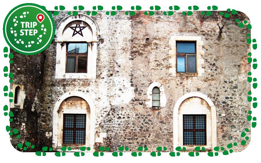 Catania Castello Ursino particolare del prospetto  stella a 5 punte foto di: Pequod76 via Wikimedia Commons