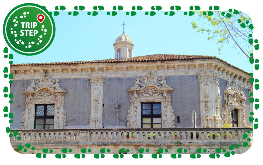 Palazzo Biscari balconata sulla via Dusmet foto di Rabe! via Wikimedia Commons