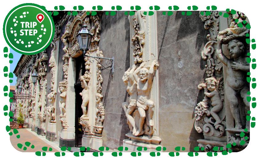Palazzo Biscari particolare della balconata sulla via Dusmet foto di Rabe! via Wikimedia Commons