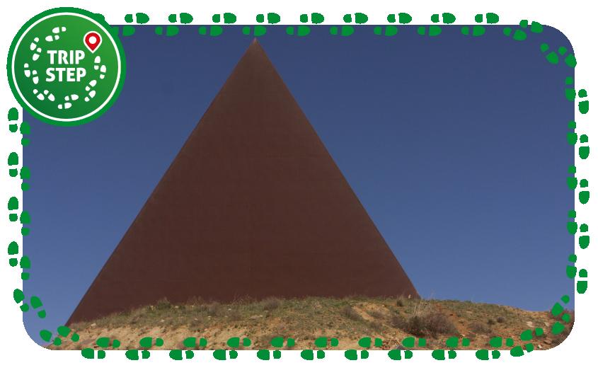 Piramide al 38° parallelo foto di Davide Mauro via Wikimedia Commons
