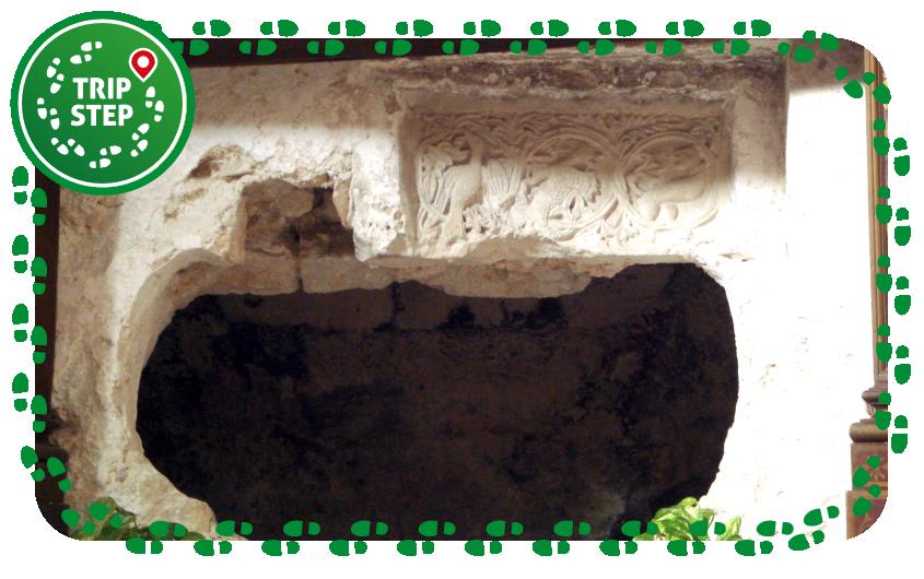 Rilievi di epoca normanna sul bordo del loculo di Santa Lucia foto di Giovanni dall'Orto via Wikimedia Commons