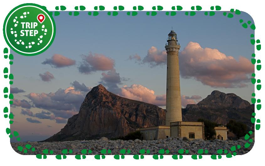 San Vito Lo Capo faro con il monte Monaco sullo sfondo foto di Giomodica via Wikimedia Commons