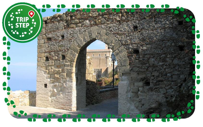 Savoca antica porta della città foto di: Pinodario via Wikimedia Commons