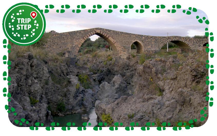Simeto Ponte dei Saraceni e forre laviche presso Adrano foto di archenzo via Wikimedia Commons