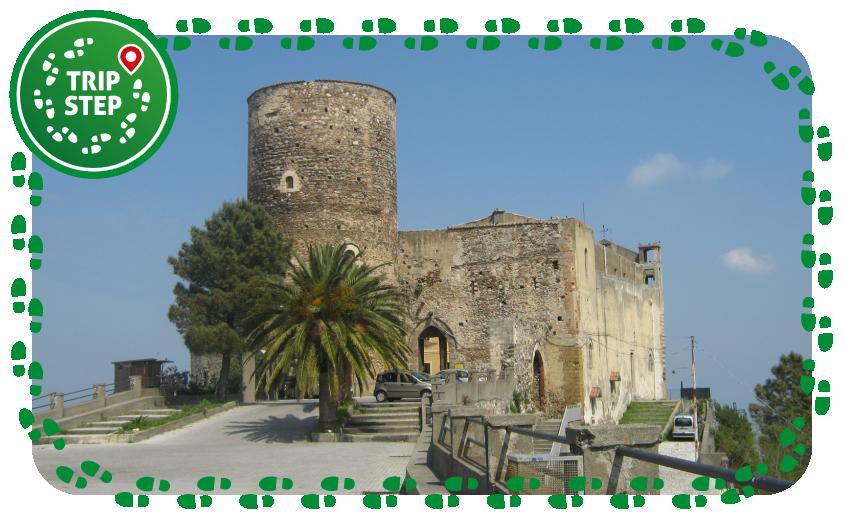 Castello di Santa Lucia del Mela foto di: Diego Mastroeni via Wikimedia Commons